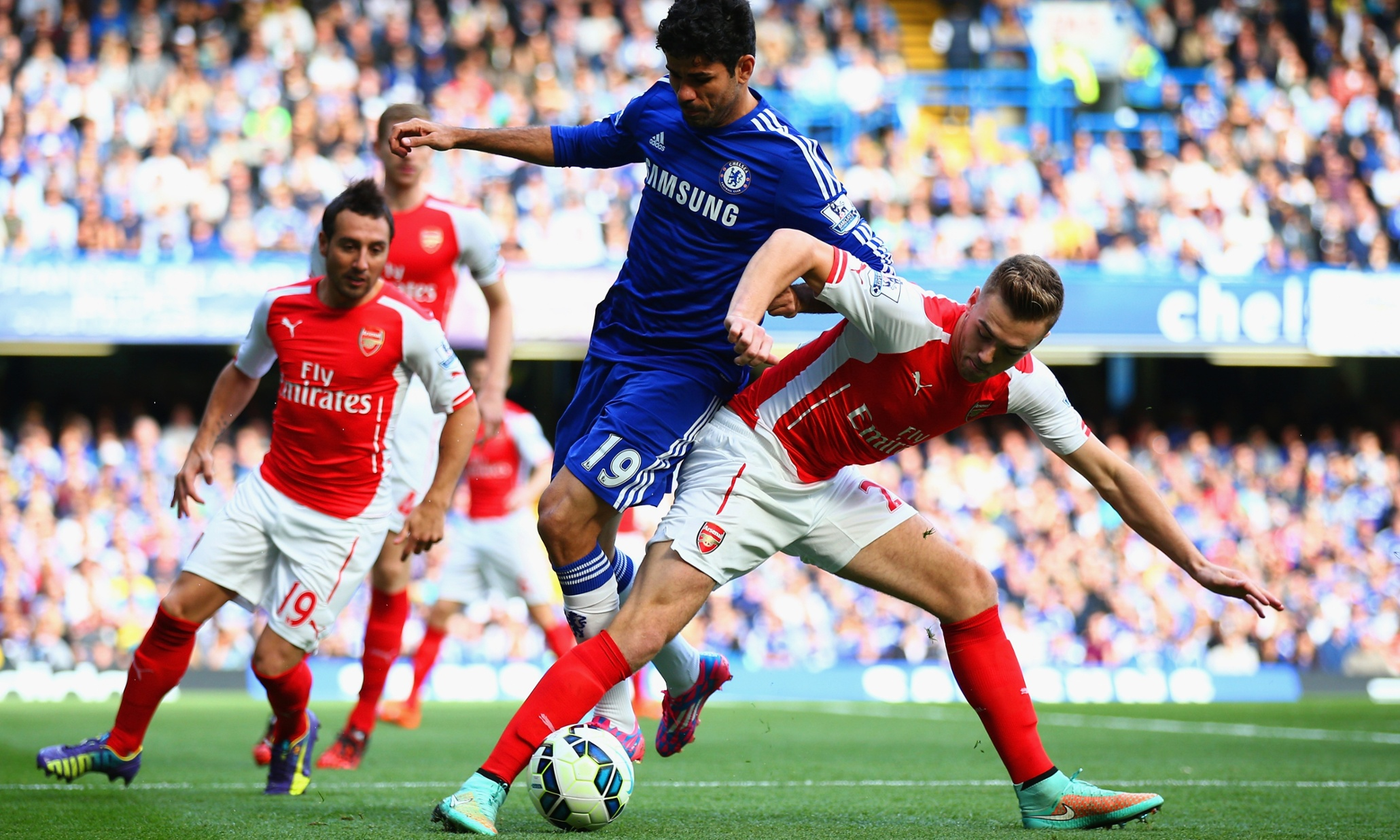 LONDON, ENGLAND - OCTOBER 05:  Diego Costa of Chelsea and Calum Chambers of Arsenal battle for the ball during the Barclays Premier League match between Chelsea and Arsenal at Stamford Bridge on October 4, 2014 in London, England.  (Photo by Paul Gilham/Getty Images)