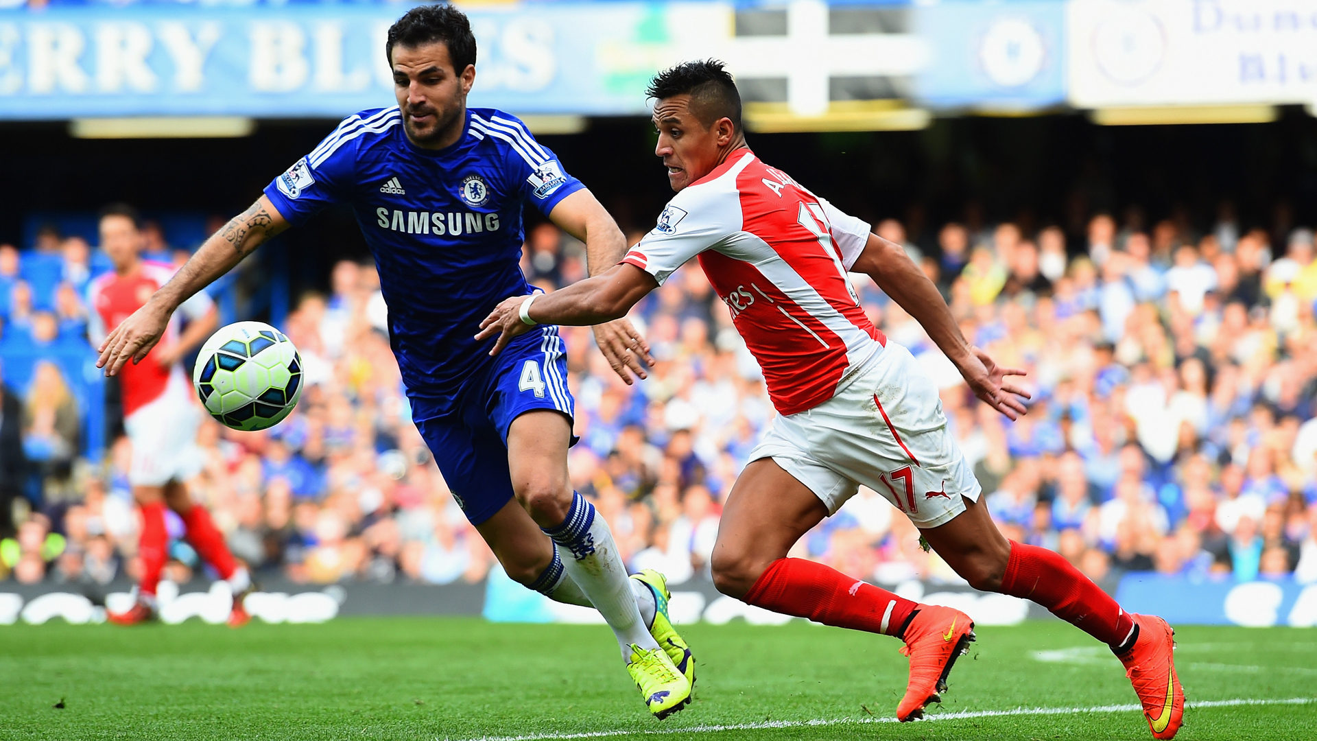 LONDON, ENGLAND - OCTOBER 05:  Cesc Fabregas of Chelsea and Alexis Sanchez of Arsenal battle for the ball during the Barclays Premier League match between Chelsea and Arsenal at Stamford Bridge on October 4, 2014 in London, England.  (Photo by Shaun Botterill/Getty Images)